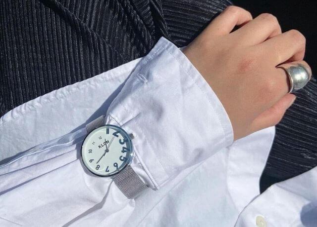 シルバーアクセサリーと相性抜群!ユニセックスデザインのシンプル腕時計