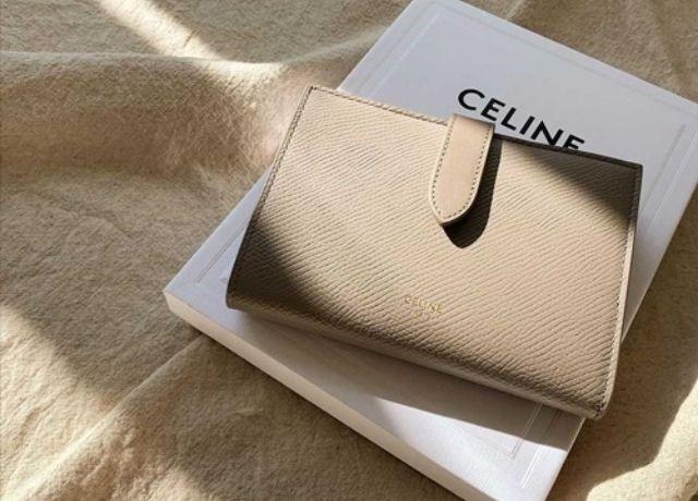 celineの人気財布!お洒落な色と機能性を兼ね備えたストラップウォレット