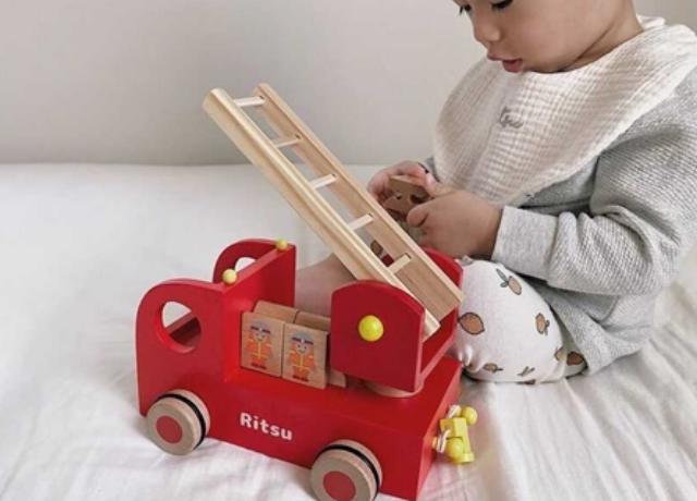 動きが楽しい&ひっぱるあそび♡木製の消防車のおもちゃ『カタカタ森の消防隊』